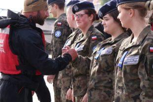 Kujawska Szkoła Wyższa - Galeria: Dyrektor CSBiKSM z kadetami klas mundurowych ZSA powitali weteranów GROMu na przystani we Włocławku